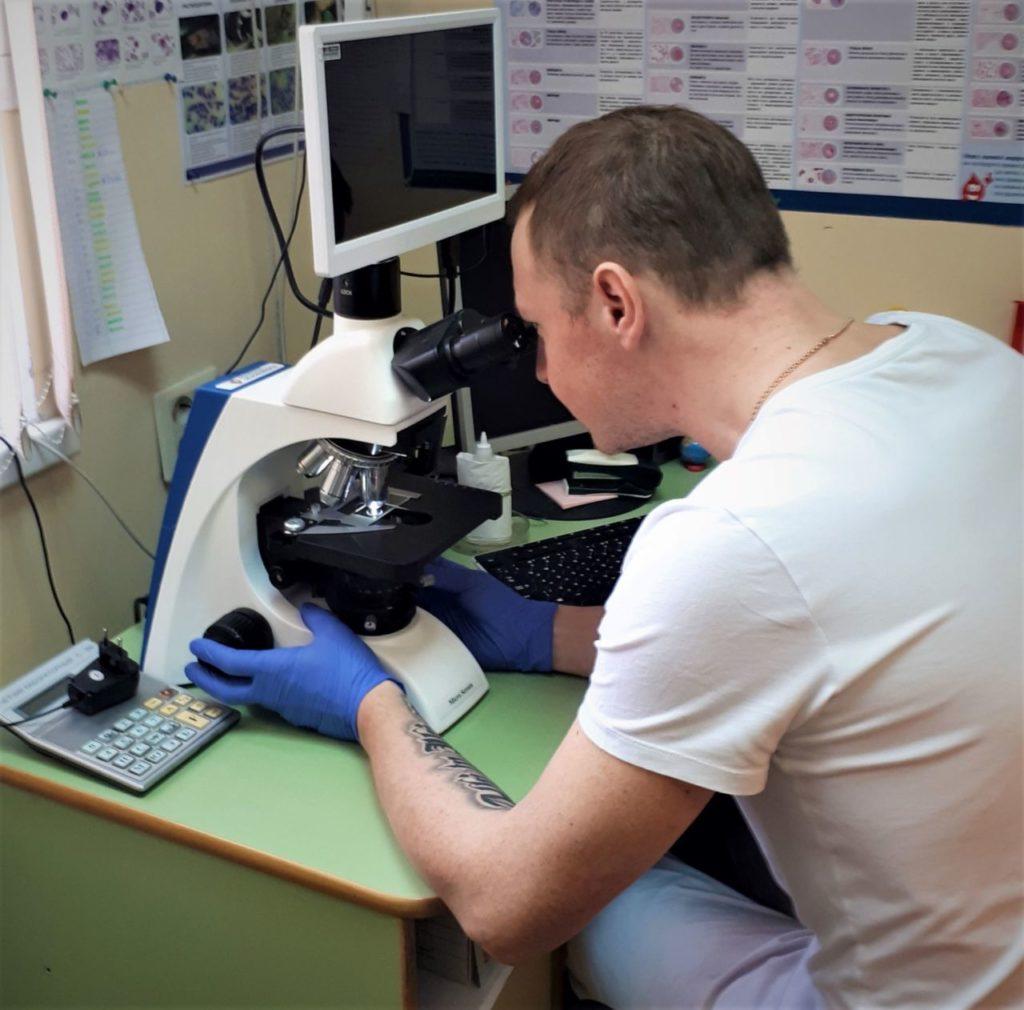 За микроскопом Константин Шитов